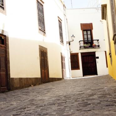 Las Palmas: Finns en liten balkong i gamla stan som jag gärna skulle utnyttja till morgonespresso...